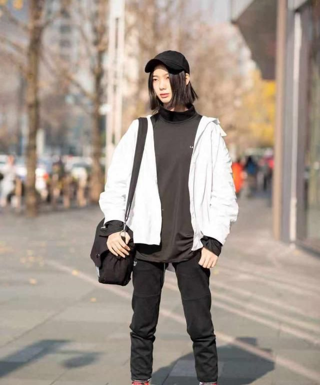 街拍:小姐姐白色宽松外套搭配黑色长裤,马丁靴酷劲十足