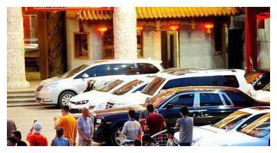 赵本山众弟子聚会!豪车排成排,劳斯莱斯、保时捷。