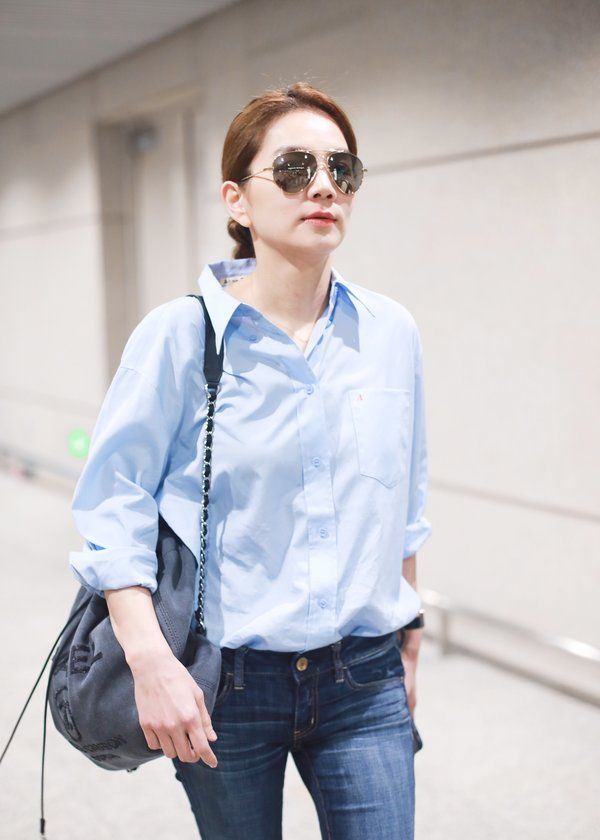 SHE成员陈嘉桦现身机场,穿着时尚大方,女人味十足!