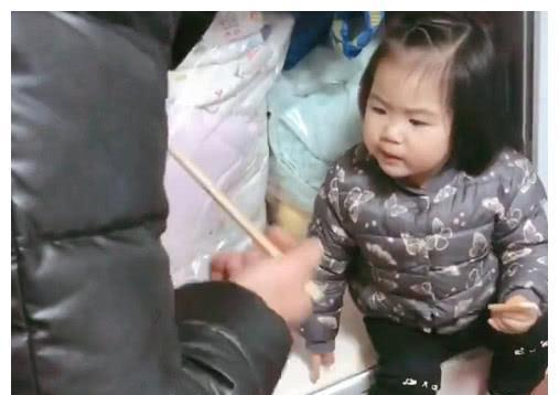 """""""女儿奴奶爸""""被娃实力管束,萌娃非要奶爸坐衣柜里""""偷吃"""""""