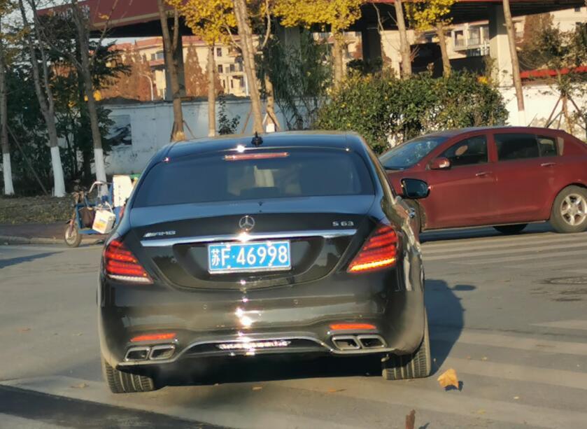 南通港闸区街头实拍奔驰S63 AMG,四出排气管非常醒目!