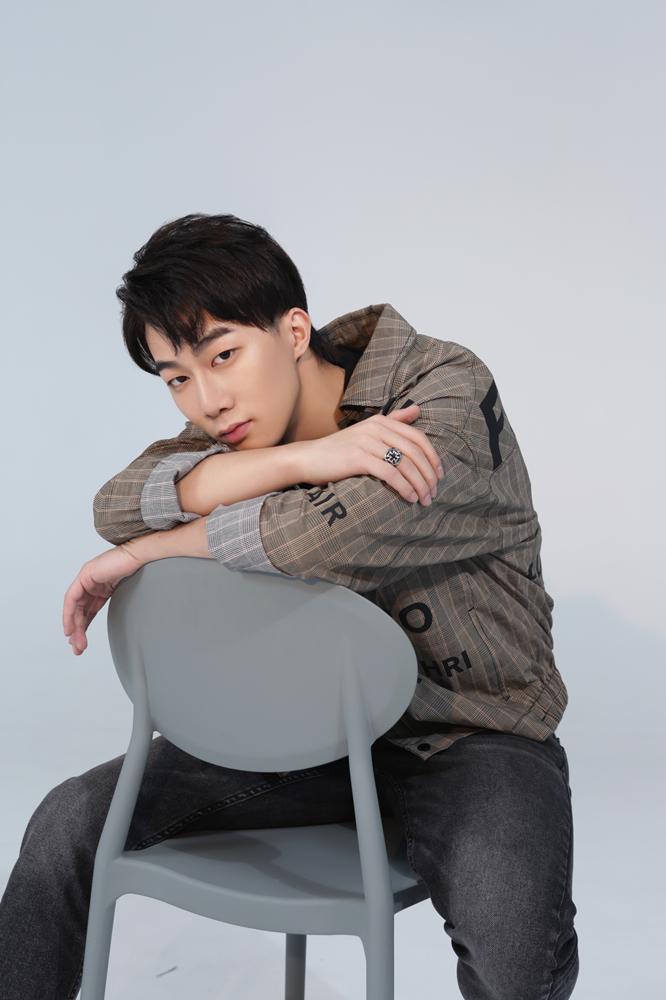 单眼皮男孩李东山写真曝光 发布生日单曲《能见度》