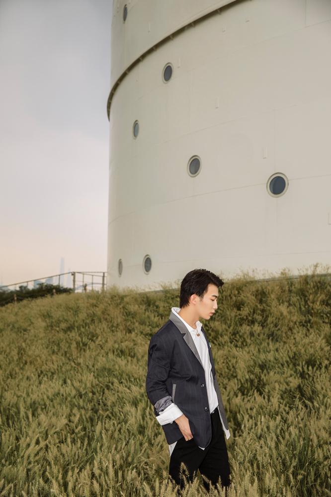 李东山2020年首套外景写真曝光 深浅灰色系拼接西装搭配黑色长裤