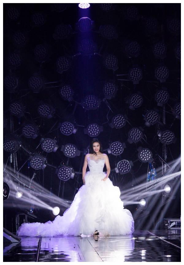 袁娅维《歌手》演唱《不亏不欠》得第三 白色婚纱惊艳全场