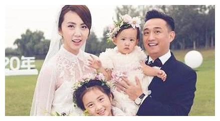 黄磊带两女儿趴床头玩自拍,孙莉发文揭秘,父女同款小胡子超可爱