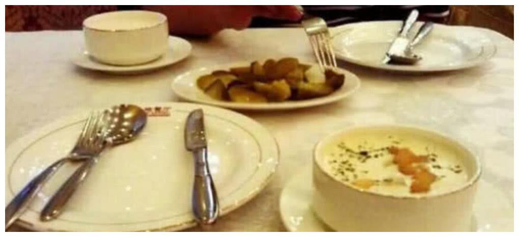 """西餐厅吃牛排,用餐后餐具""""这样放"""",服务员是会""""嫌弃""""你的"""