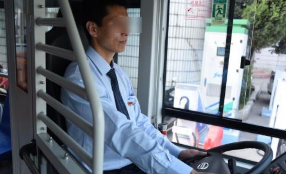 不系安全带会被罚,那为啥公交司机从不系也没事?知情人给了解释