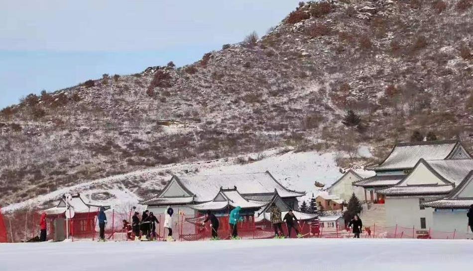 奥悦碾子山国际滑雪场首滑启幕