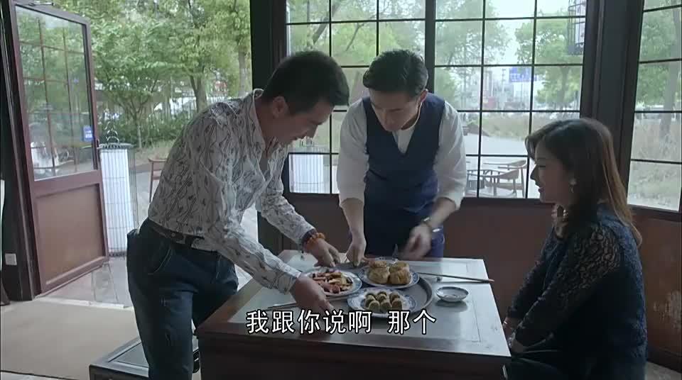 总裁带女友来兄弟的餐厅女友却摆架子瞧不起小吃真会装