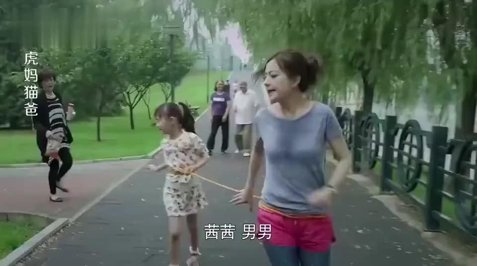 虎妈猫爸胜男拴着女儿跑八百米婆婆拿着吃的在后面追