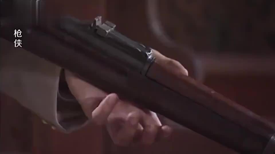 小伙枪法高超枪枪命中靶心国外裁判却判他脱靶怕是个瞎子吧