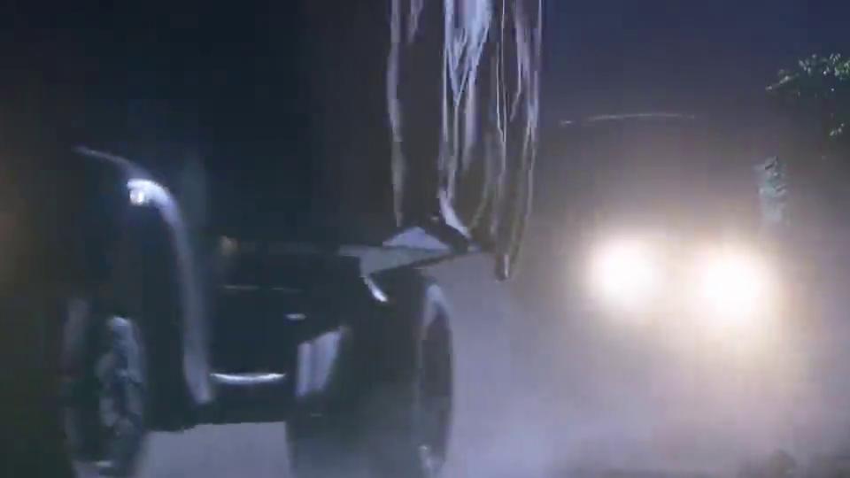 小伙跟踪运输车辆,哪料卡车突然后退,生死一瞬间2人反应贼快