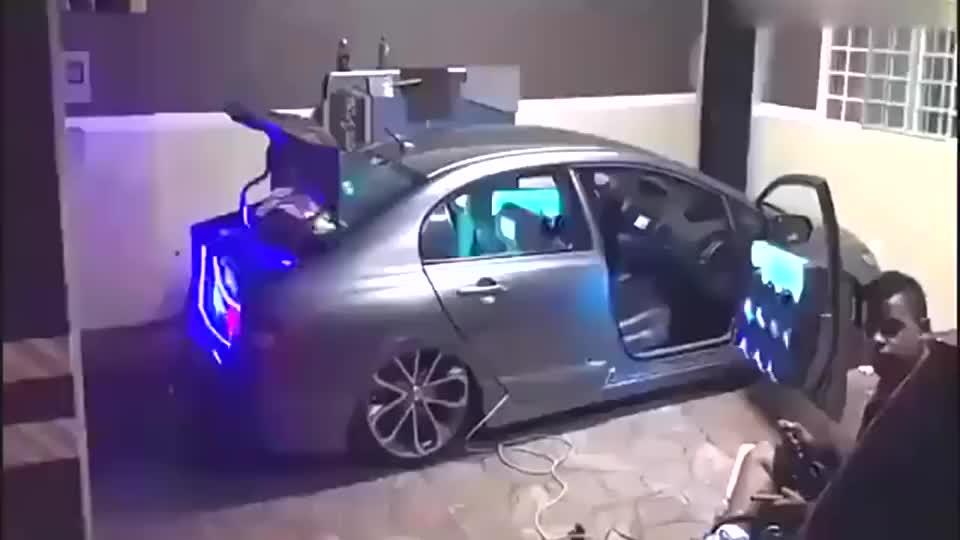 思域这车里音箱也太多了吧是要改装成迪厅吗
