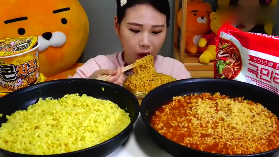 网红大胃王美女,试吃两大碗拉面,不同口味,吃的真香