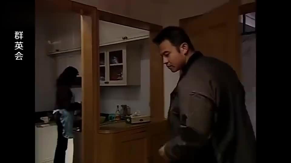 小伙卖盗版光碟被老爸发现后一顿打不料小伙的反应绝了