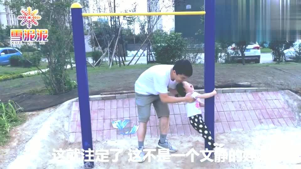 暑假儿童打卡:爸爸在玩单杠,宝宝看到后顺竿爬,你是只猴子吗?