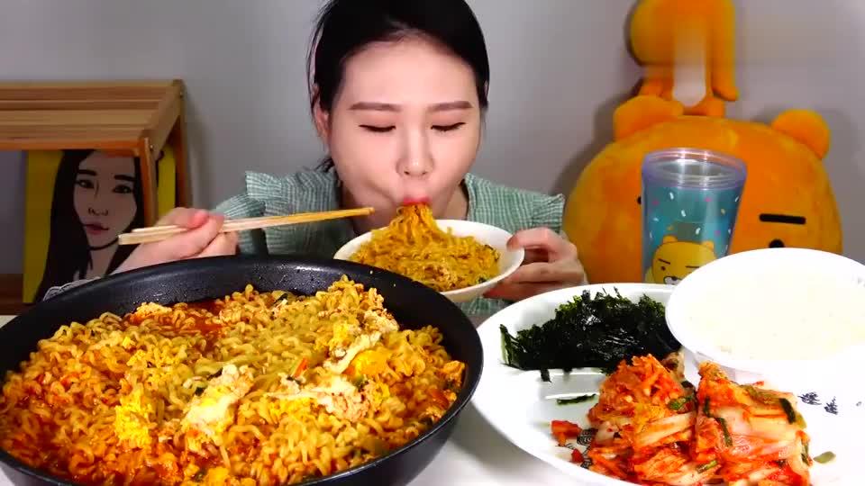 大胃王卡妹吃方便面,吃完倒入米饭拌一拌,一口气吃得干干净净!