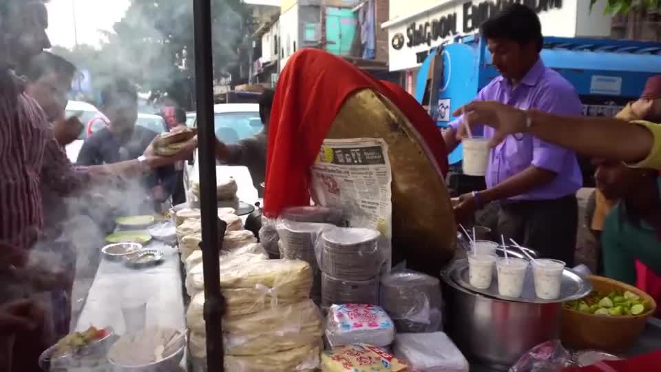 60岁老太摆摊卖特色小吃路人嫌脏不敢买回头客却很多