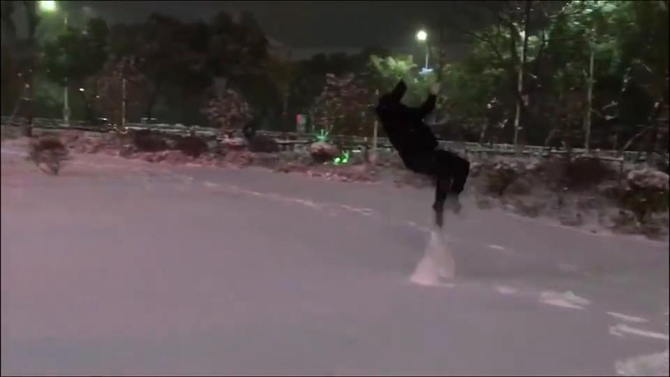 跑酷小伙雪天玩单杠,致敬冬奥会的运动员