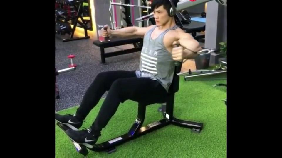大男孩拉力器锻炼胸肌呢,还是二头肌呢你猜得到吗