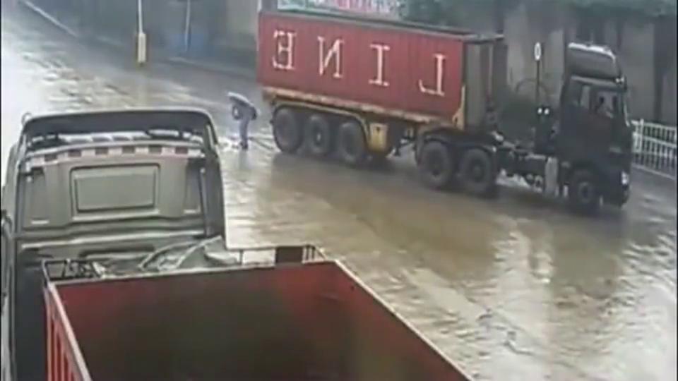 男子蹲在地在系鞋带,大货车突然倒车,路人大喊停车!