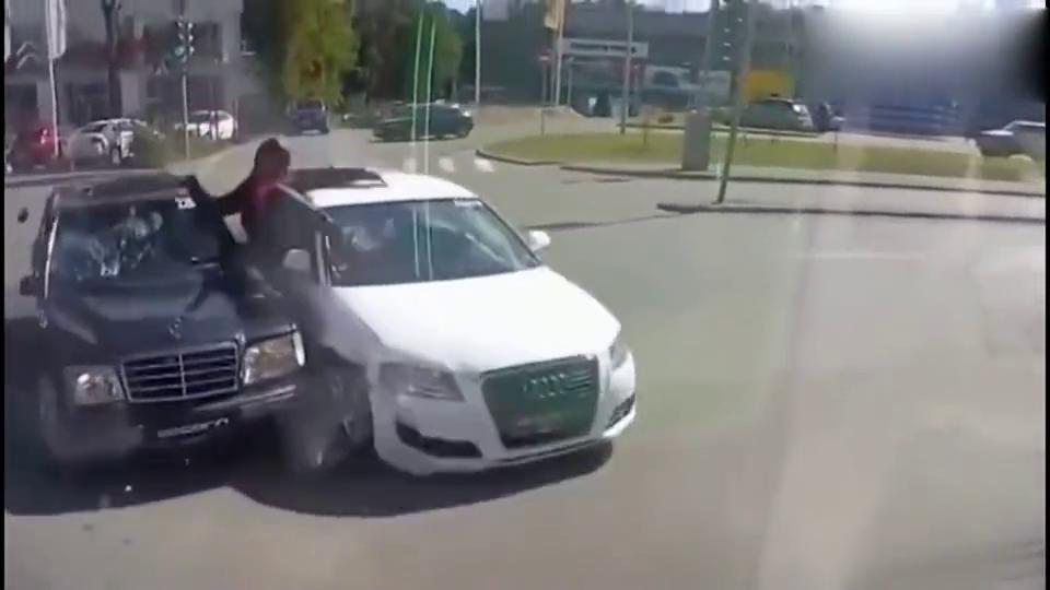 离奇的车祸现场,摩托车同时把奥迪和奔驰撞了