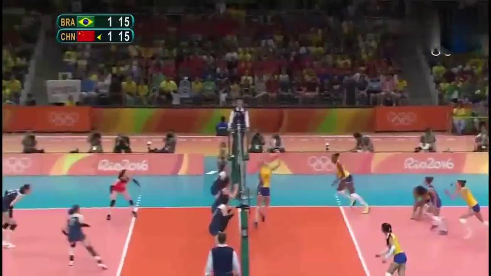 面对巴西女排三人拦网没想到朱婷直接跃起一记暴扣