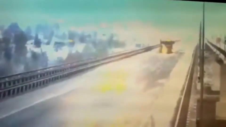 货车失控从大桥掉进江河司机直接丧命监控还原惨烈全程!
