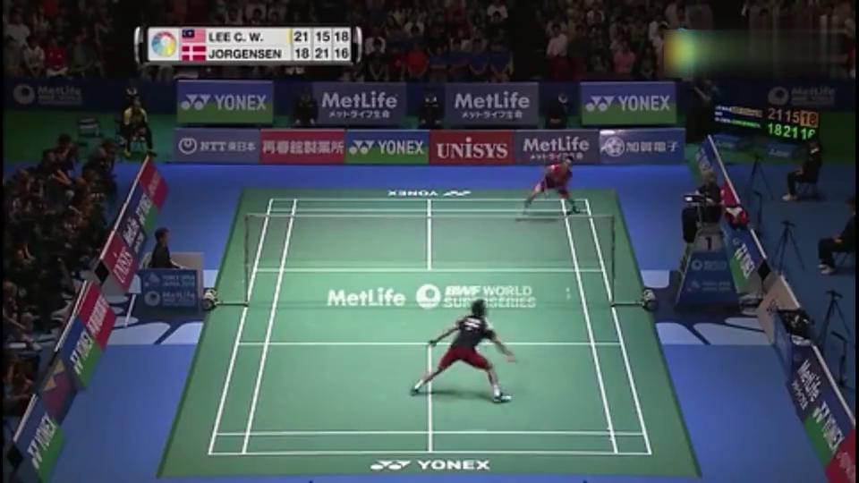 幸运女神站在李宗伟这边,一记漂亮的滚网球让约根森无力回天