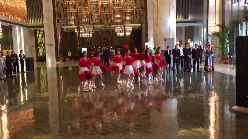 美女啦啦队万达酒店大堂激情热舞!迎接王健林观战中国杯