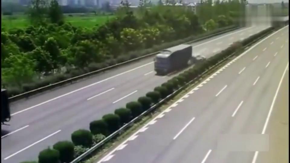 这一刻大货车拼死踩下刹车,只为救下人司机说值了!