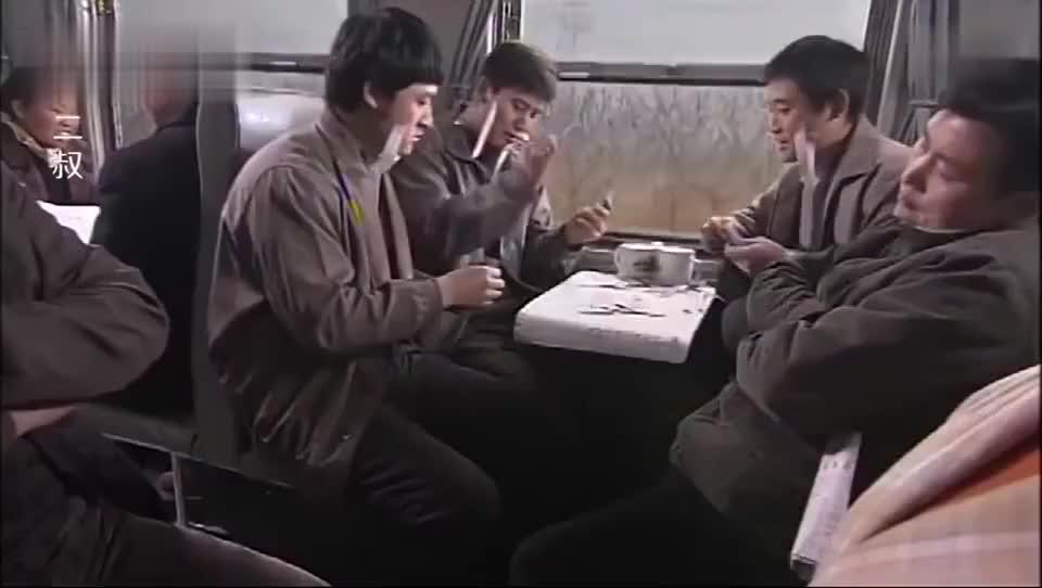 四个小伙火车上打扑克输了贴纸条的小伙满脸纸条的样子太逗了