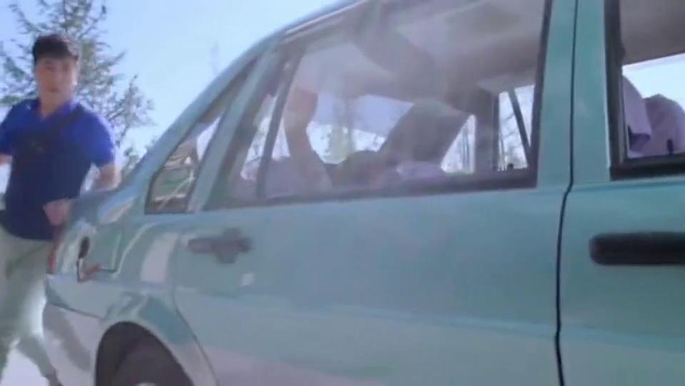 男子看车里没人把车开走了,警察追到医院见了男子,失主:我撤案