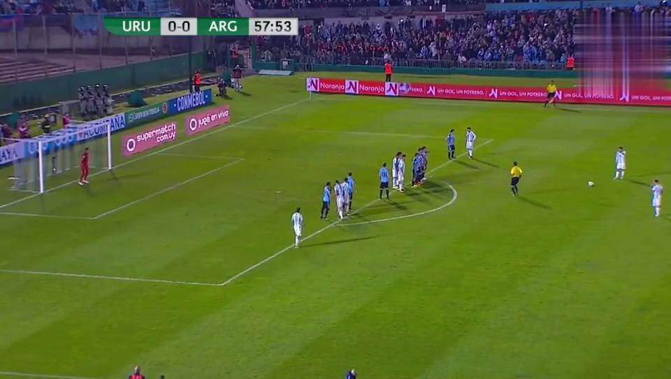 阿根廷获任意球机会梅西精彩任意球轰门,被乌拉圭门将飞身扑出