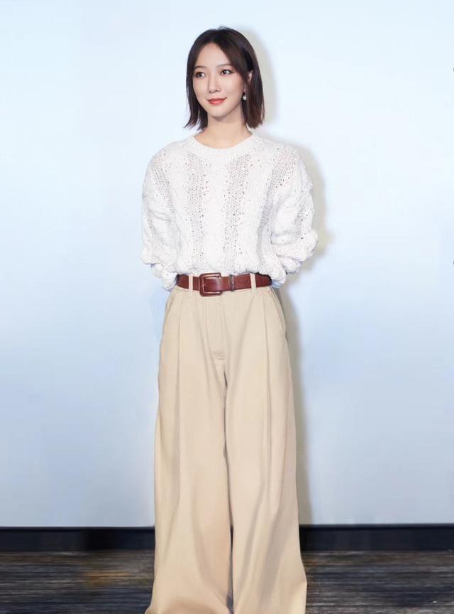 王珞丹白色毛衣搭配阔腿裤,帅气十足!