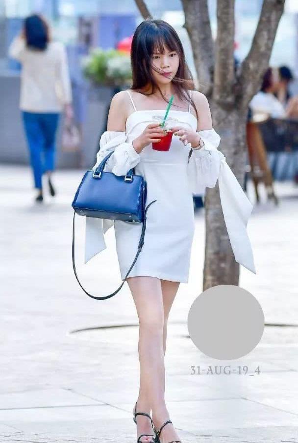 """路人街拍:长发飘飘的一抹""""白色""""时尚,网友:初恋的感觉!"""