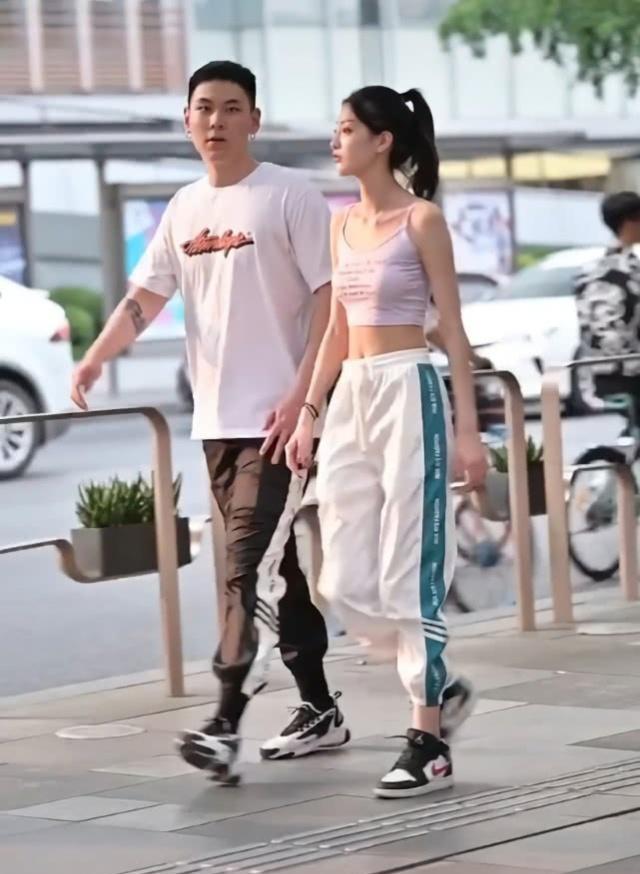 """情侣街拍,男生比女生高,但女生腿却比男生长,全靠""""白菜裤""""!"""