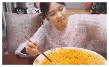 大胃王吃15斤牛肉面,餐具比食物抢镜,网友:全程都在看碗
