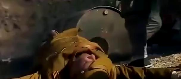 鬼子在战场上装死,被两个农民用刺刀活活插死,好看