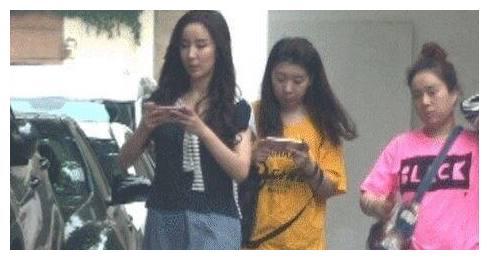 《爱情公寓5》开拍 造型雷翻网友 娄艺潇拿手机不抬头走得飞快