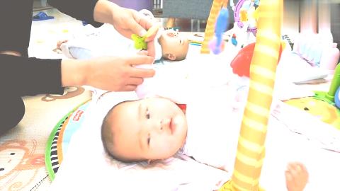 双胞胎太爱吃手,小手都嘬红了,奶爸买了牙胶给宝宝试咬!