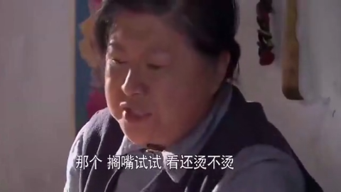 袖珍妈妈救了一个婴儿却养不起她,村长给她送来奶粉