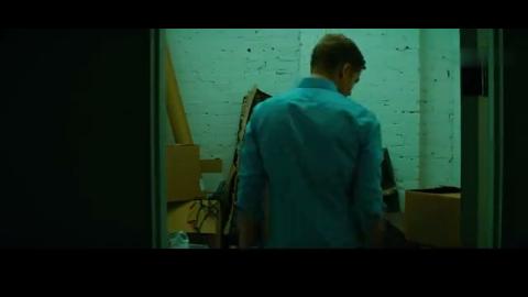 男子来到地下室,看到尘封已久的猎枪,决定带着儿子去打猎!