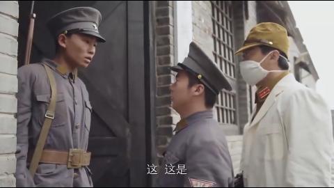 伪装成日军专家大摇大摆走进日军军火库抄起一堆三八大盖就开跑