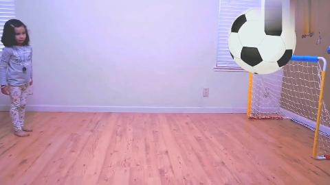 亲子互动,孩子们在室内玩彩色运动球,学习球的名称!