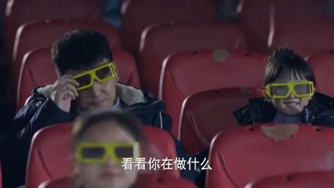 小伙带孩子看电影,哪料电影院现在这么高级!把他吓一跳!