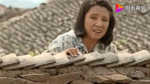 村妇大白天拉窗帘,邻居好奇翻上墙头偷看,不料看到荒唐一幕!
