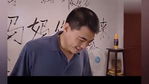 闺女反对爸爸再婚,在墙上这么写,爸爸竟笑着夸她在练书法!