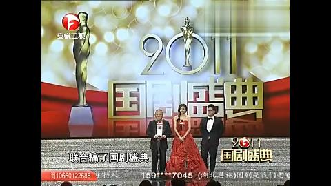 郭德纲现场搭档韩彩英颁奖舞台调侃众明星引观众笑声一片
