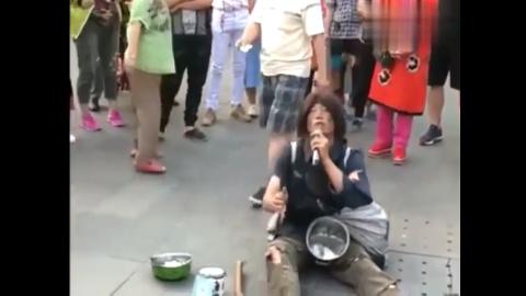 霸占公园的流浪乞丐歌手,引来大批路人围观,高手啊!